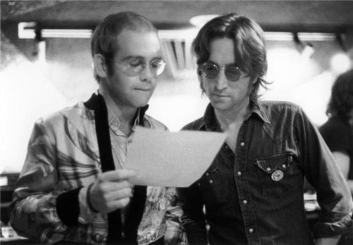 John Lennon e Elton John Entre Acordes