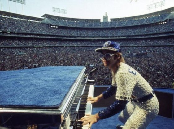 Elton John 1975.jpg